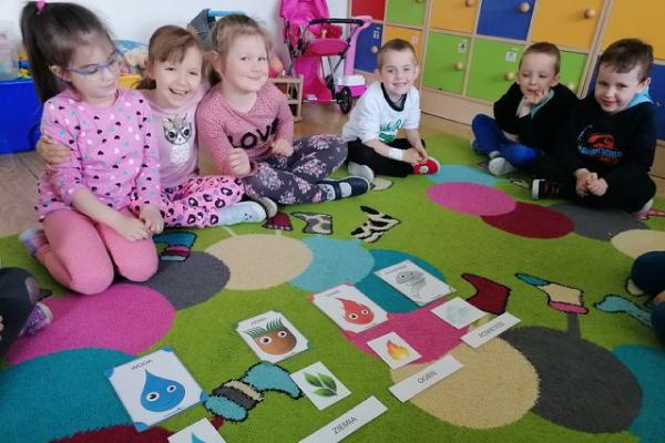 Zdjęcie przedstawiające dzieci podczas zajęć
