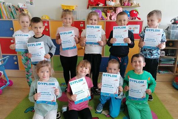 Zdjęcie przedstawiające dzieci z dyplomami